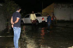 Barra Nova: Prefeitura envia máquinas para desobstruir ruas alagadas e segue tentando ajuda do Governo Federal