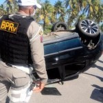 Carro capota e PM encontra drogas dentro de veículo na AL-101