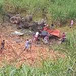 Caminhão tomba e motorista fica gravemente ferido em São José da Laje