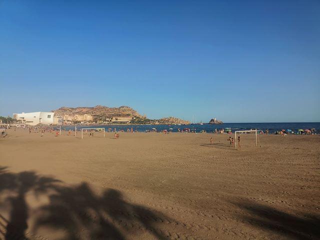Campo de fútbol en la Playa de Las Delicias en Águilas (Murcia) que nos envía nuestro seguidor Juan ES. Apetece una pachanguita en tan maravilloso lugar.