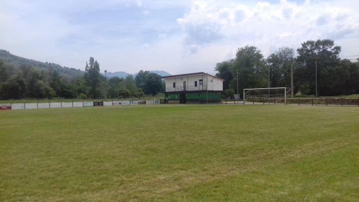 Este campo pertenece al de Vega de Villafufre en Cantabria, todavía esperando que el balón pueda volver a rodar.