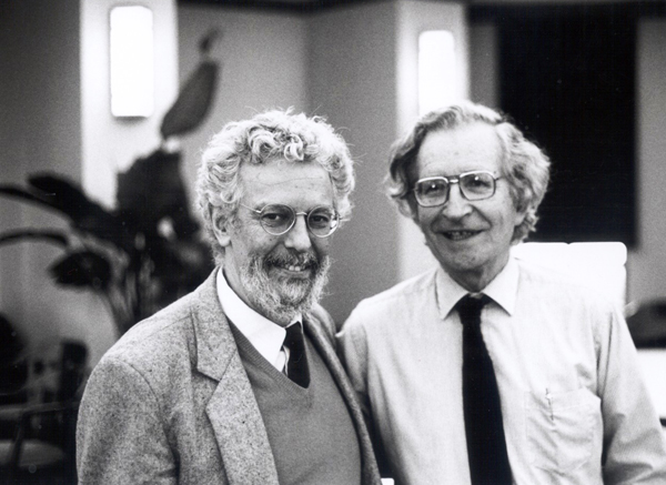 Enrique Dussel con Noam Chomsky en Loyola University. Chicago. 1994