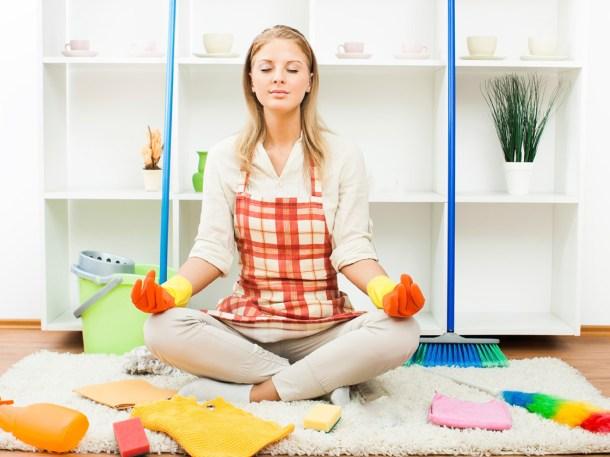 Девушка медитирует после уборки