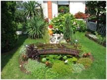 Декоративный мост, растения и субтропические деревья в саду