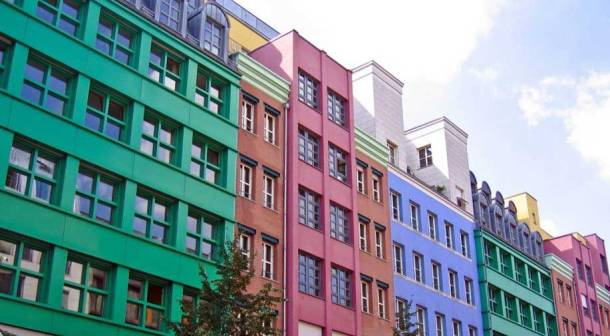 разноцветно окрашенный фасад здания