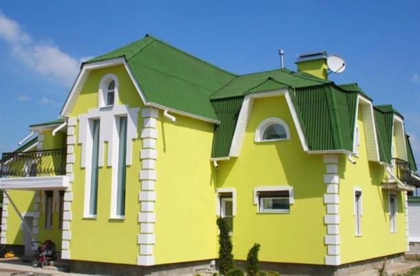 дом окрашен в желтый цвет