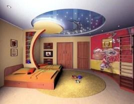 Разный уровень потолков, перегородка с полками, игра цвета и света - приемы зонирования комнаты