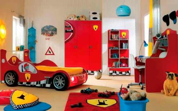 красная комната для ребенка с игрушками