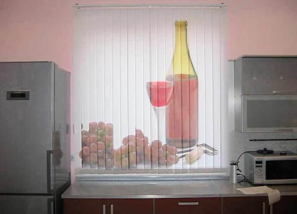 расписные вертикальные жалюзи на окне кухни