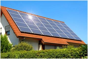 Практически вся площадь крыши дома покрыта солнечными панелями