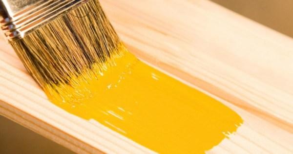нанесение краски кистью, на дерево