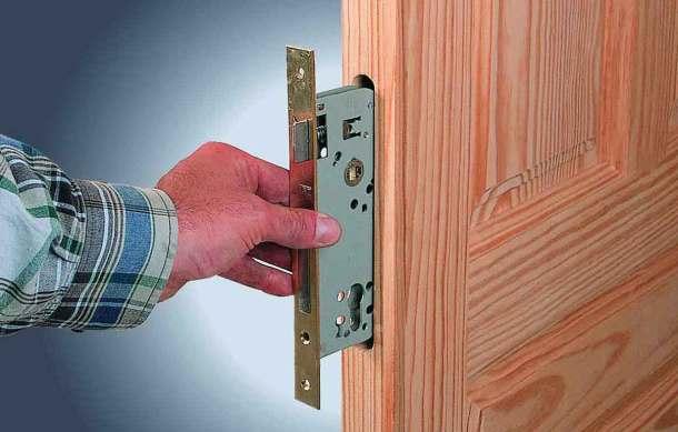 вставка замка в дверь