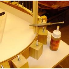 Фото 15 - установка опор из брусков под полосы борта формы