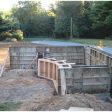 Опалубка стенок пруда установлена