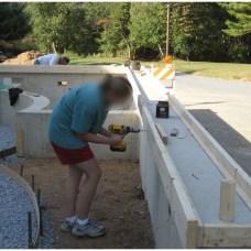 Установка опалубка для бетонной карниза (крышки) стен пруда