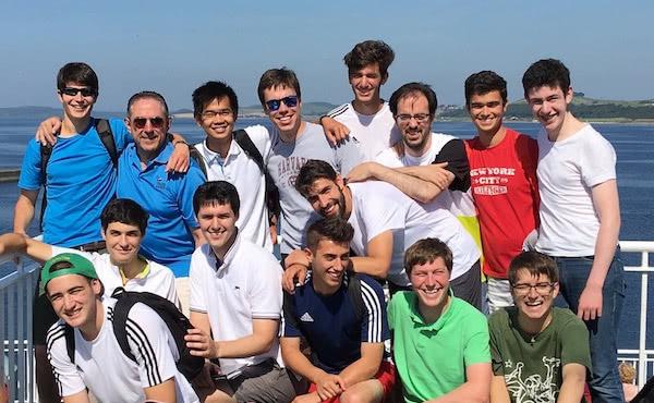 Una visita a Escocia, con otros fieles jóvenes del Opus Dei. Pedro, con camiseta roja, gozaba de unos días de tregua tras haber recibido un tratamiento en Alemania.