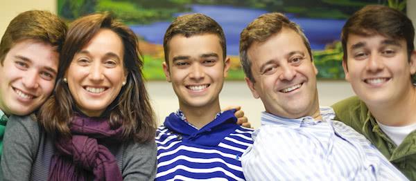 Pedro, con sus padres, Esperanza y Pedro, y sus hermanos, Carlos y Javier.