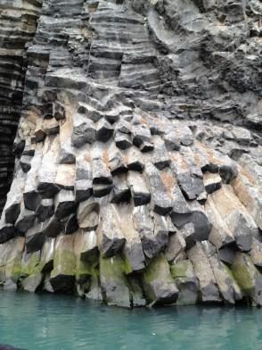 Та же скала, только ближе.Хорошо видны, так называемые, базальтовые трубы.