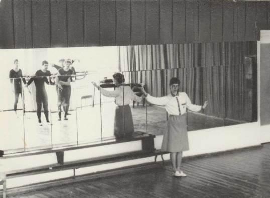 Я в отражении крайний слева. Студия пантомимы Кемеровского института пищевой промышленности.