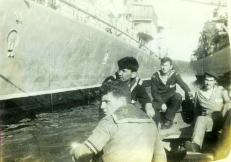 Плывём на яле вдоль борта крейсера «Александр Суворов». Я крайний справа.