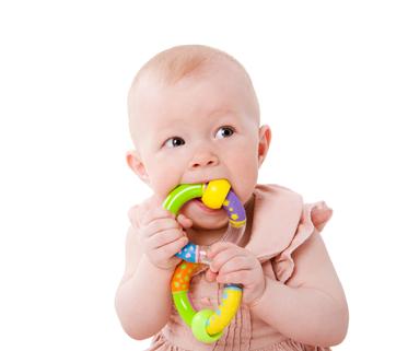 Dítě žvýkající hračku