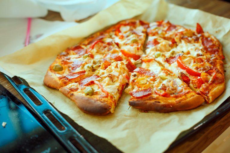 Domowa pizza po wyjęciu z piekarnika