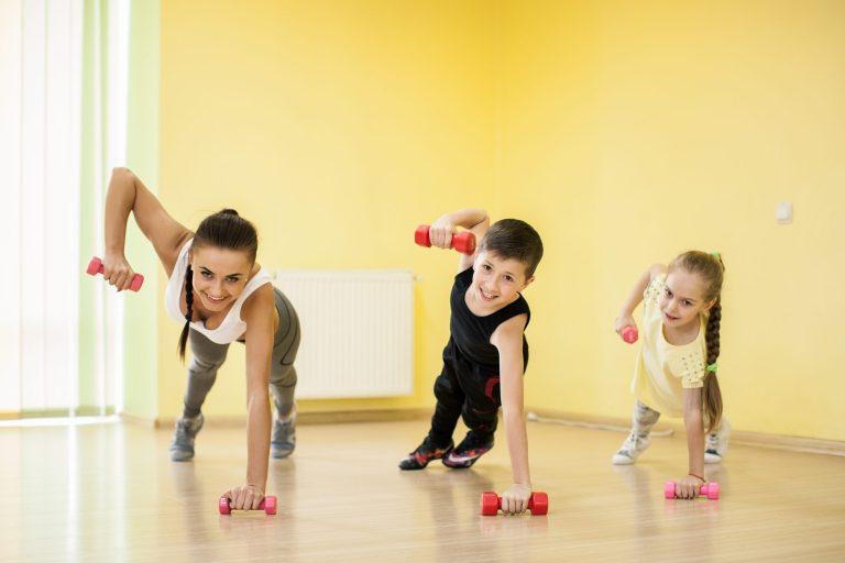 Mama i dzieci ćwiczą razem z ciężarkami