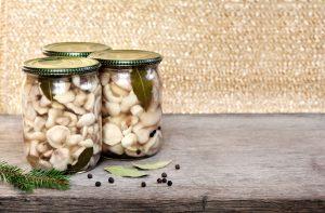 Słoiki z marynowanymi grzybami