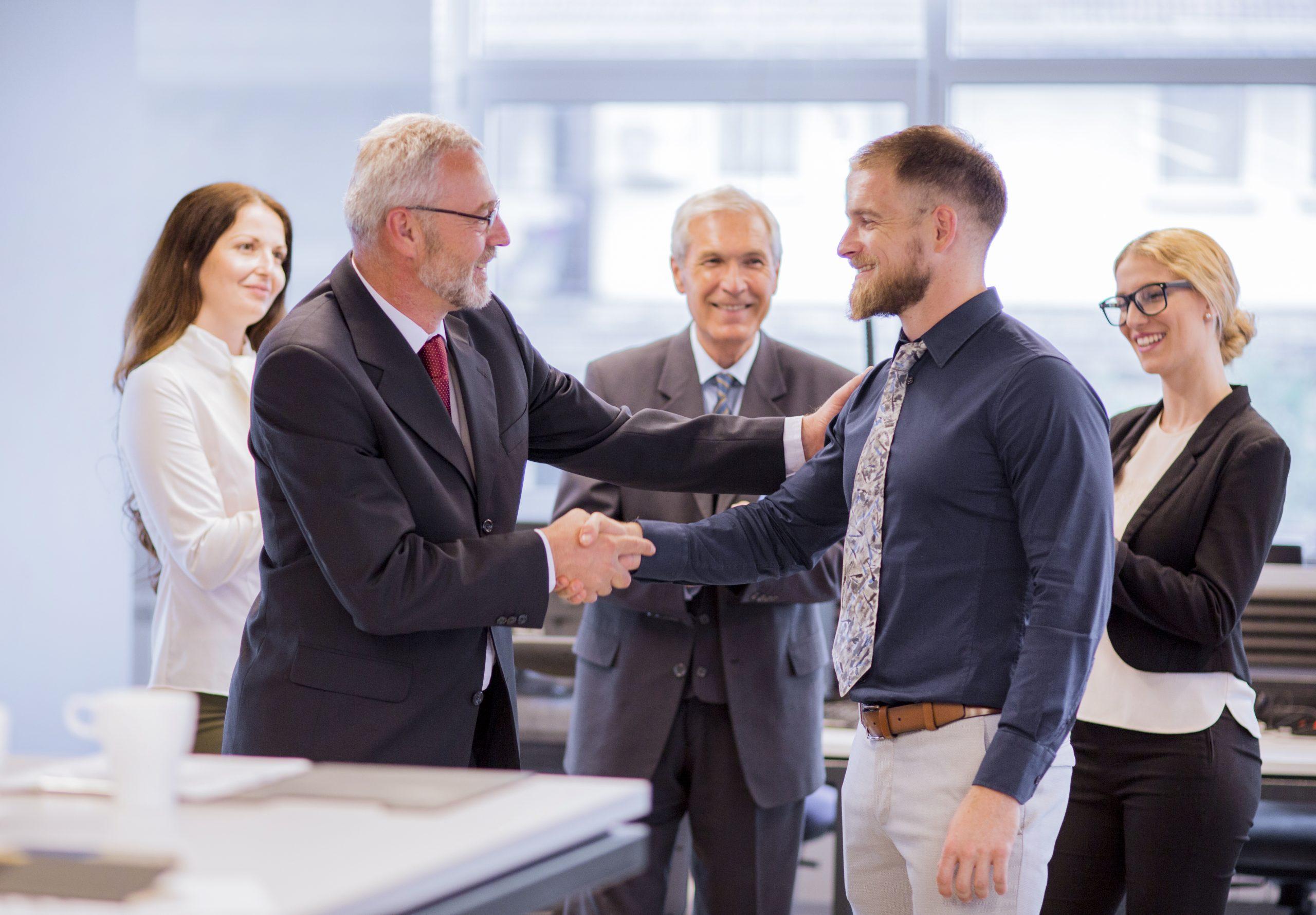 Jak być dobrym szefem? Szef gratuluje podwładnemu awansu