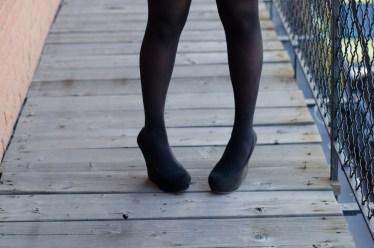 黒ストッキングは会社に履いてもOK?マナーと寒い場合の対策