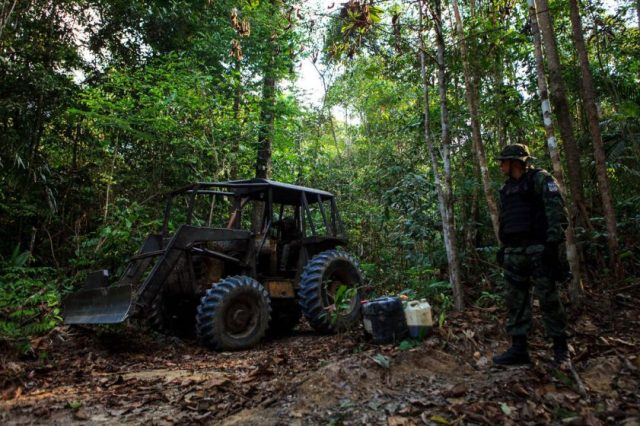 Trator usado em desmate ilegal prestes a ser destruído: Foto: Bernardo Camara