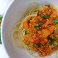 Spaghetti mit Rote-Linsen-Bolognese (vegan)