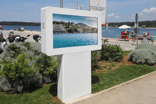 Cidades Inteligentes: Mupi digital interactivo DOOH para posto turístico de Rovinj - Croácia