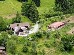 Haupthaus & Stallungen