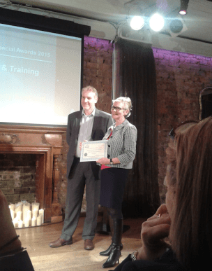 Lindsay Hewitt (OUiS) receiving the Education & Training Award (CC-BY 4.0 Beck Pitt)