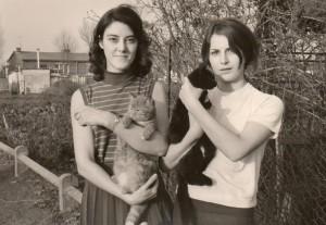 Les chatons de Noisette dans les bras d'Yvonne et de sa soeur.