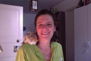 L'auteur avec le poussin Timy sur l'épaule