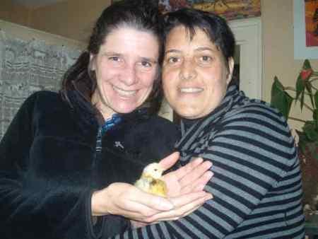 Gaelle et Sandrine, en compagnie du premier poussin de notre croisement poule pondeuse d'ornement