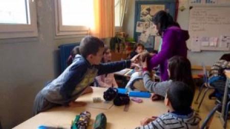 poule en classe, au milieu des élèves ravis de la toucher