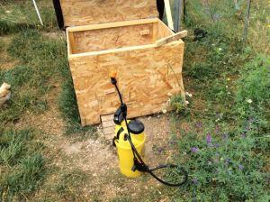 Traiter l'intégralité du poulailler au pulvérisateur, avec un insecticide adapté
