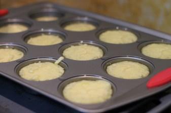 השמן הרותח מתחיל לבשל את הבלילה מחוץ לתנור