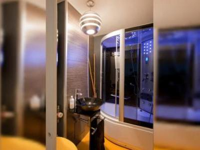 Apartament superb amenajat de un designer, complet renovat, cu finisaje de cea mai buna calitate.: calorifere de aluminiu, 2 aere conditionate, ferestredin geam termopan Rehau dotate cu plase, izolatie termica interior,incalzire prin termoficare, usi