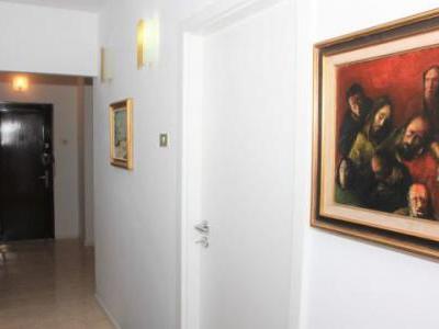 Apartament 3 camere, Titan metrou (4 min.), Aleea Barajul Lotru, decomandat, italian style (o combinatie de clasic si modern foarte originala.),Suprafata generoasa (75mp), vesel, luminos. Recent renovat si mobilat peste medie (dormitor Gautier-France),