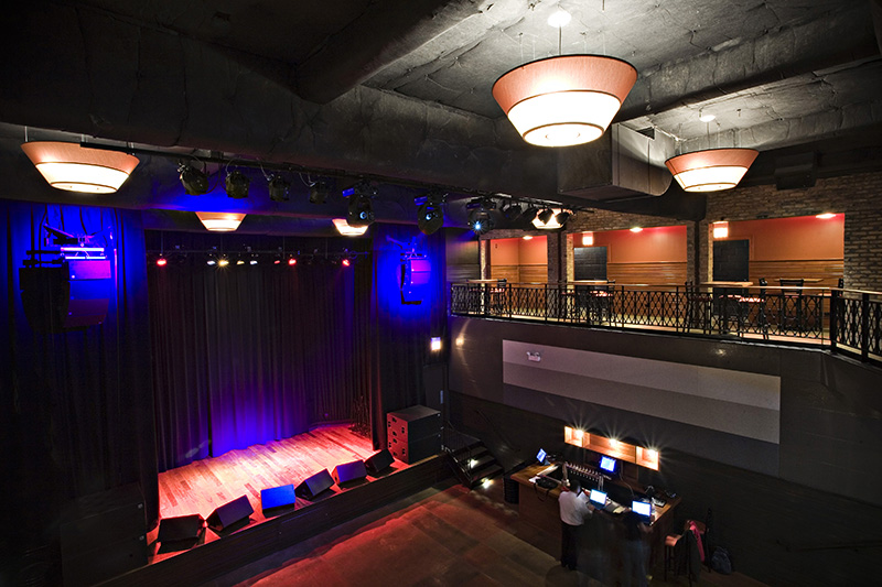 Chicago couples: want a rad music venue with award winning food? Lincoln Hall is the ONE