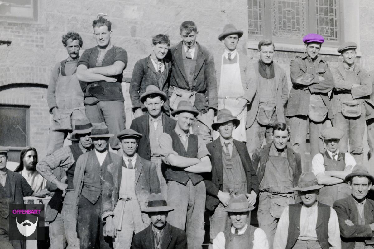 Bildnachweis: Town Hall Construction Workers by CM Collins/Dunedin City Council Archives Public Domain Mark 1.0 und Waiting for the World by Carl Heinrich Bloch CC-BY 2.0 montiert und bearbeitet von Simon Mallow.