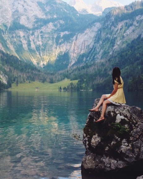 湖畔の女性の写真