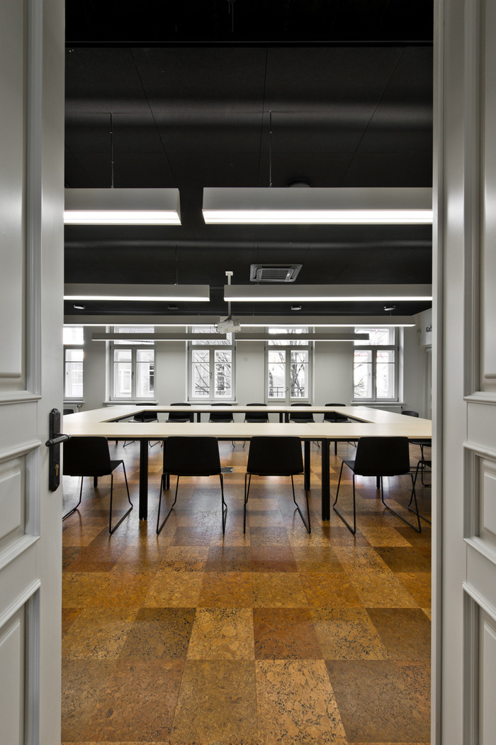 small-planet-airlines-office-design-6