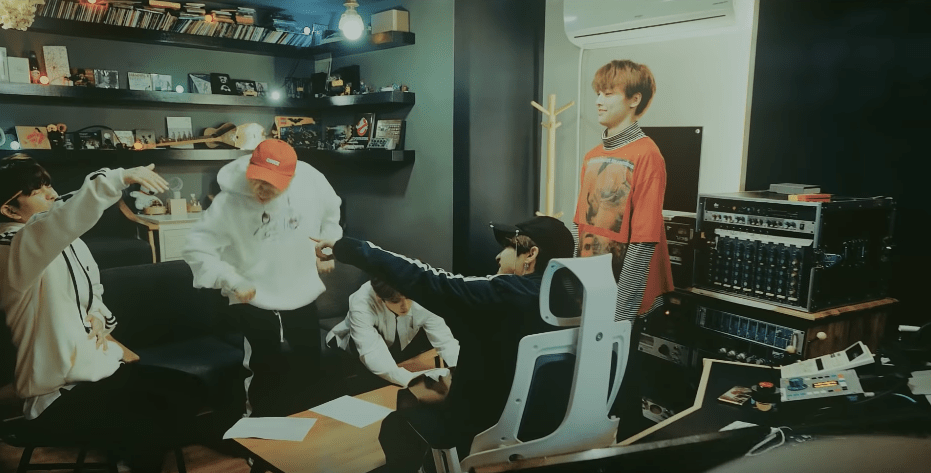 Lee Know shows off his rap skills in Stray Kids' preview for