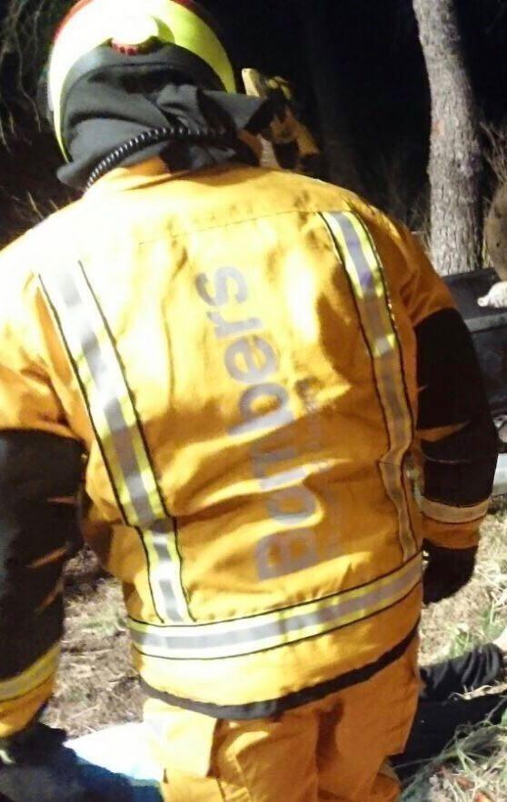 Un joven fallece y otra resulta herida grave tras chocar contra un árbol y volcar su vehículo