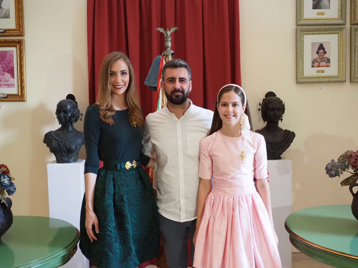 Los cuadros de Raquel Alario y Clara María Parejo ya lucen en la sala de Falleras Mayores de València